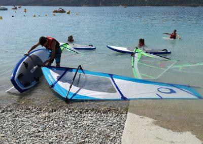 Activites nautique au Lac de Sainte Croix - préparer la planche à voile